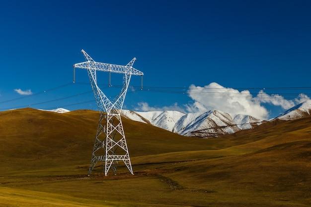 Пилоны высоковольтных линий электропередачи в горах