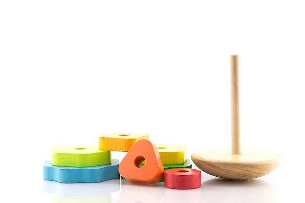 色付きの木製の指輪から構築されたピラミッド赤ちゃんや幼児が機械的なスキルを学ぶためのおもちゃ