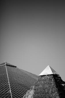 Пирамида в черно-белом