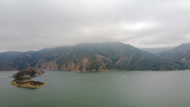 Озеро пирамид в калифорнии снято в пасмурный день
