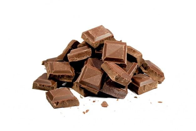 텍스트 및 디자인을위한 공간이 흰색 배경에 고립 된 초콜릿 덩어리의 피라미드