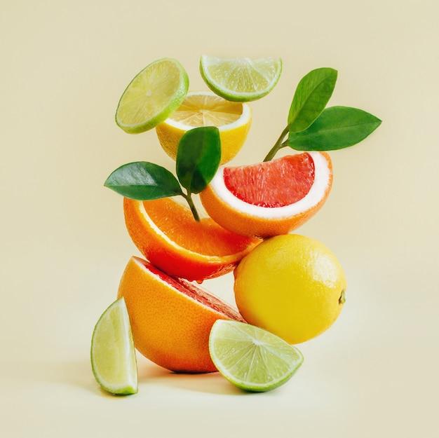 柑橘系の果物のピラミッドグレープフルーツ、オレンジ、レモン、黄色のライム