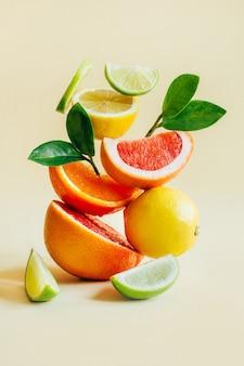 노란색에 감귤 자몽, 오렌지, 레몬, 라임의 피라미드