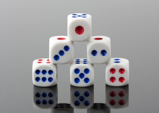 ギャンブルのサイコロのピラミッド