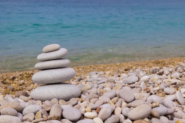 Пирамида из серой гальки на пляже