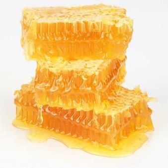 흰색 바탕에 벌집의 피라미드입니다. 건강 및 비타민 식품