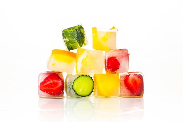 Пирамида льда кубики с фруктами на ярко белой поверхности. концепция жаркого лета, десерт, мороженое. плоская планировка, вид сверху