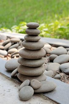 大きな灰色の小石のピラミッド。自然の美しさと調和。