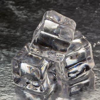 滴のある溶けた角氷のピラミッドがクローズアップ