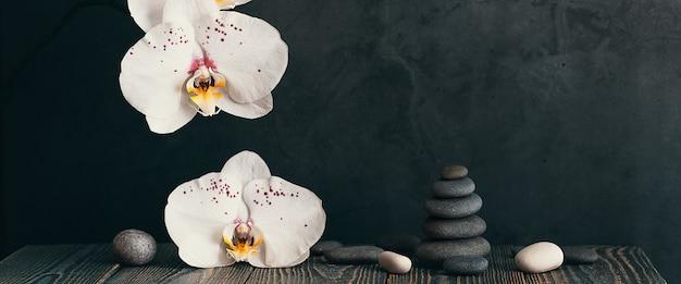 ライトグレーの石と蘭の花のピラミッド