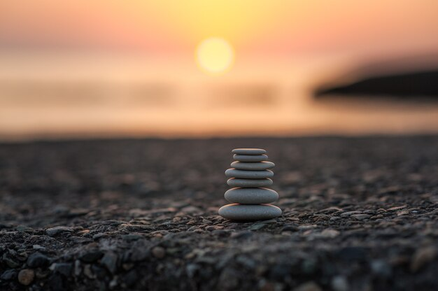 Пирамида из камней у моря на рассвете