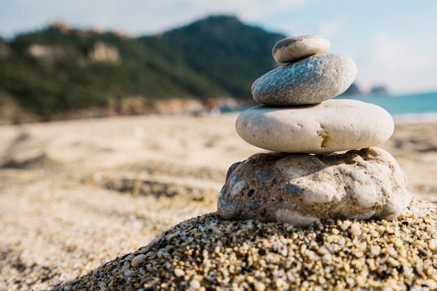 맑은 날에는 해변에 돌의 피라미드