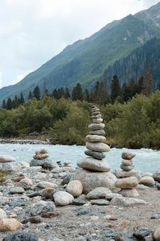 山川、山、山の風景の端にある石のピラミッド