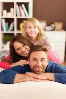 ソファの上の愛する家族とピラミッド