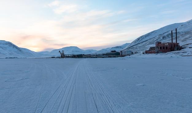 Пирамида, шпицберген. трассы для снегоходов по морскому льду, ведущие к гавани пирамиды.