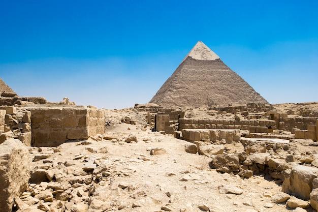 Пирамиды с красивым голубым небом гизы в каире, египте.