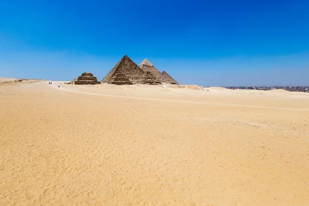 エジプト、カイロのギザの美しい空とピラミッド。 Premium写真