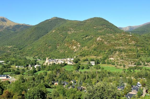 スペイン、アラゴン、ブエサに登る道路からのピレネー山脈の風景