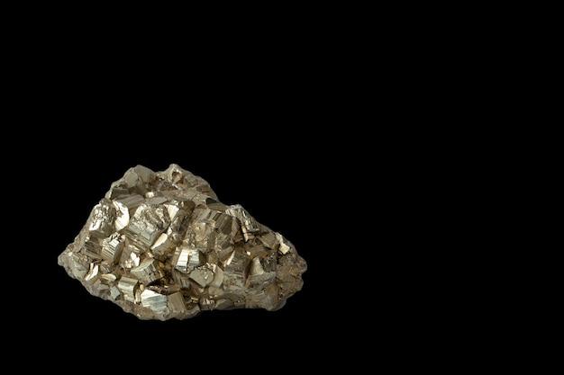 복사 공간이 검정에 격리 된 pyrite 결정. 지질 광물