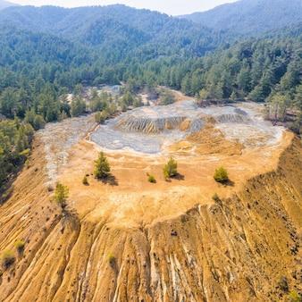키프로스 troodos 산의 버려진 표면 채광에서 나온 황철광 광석과 황화물 비축 더미