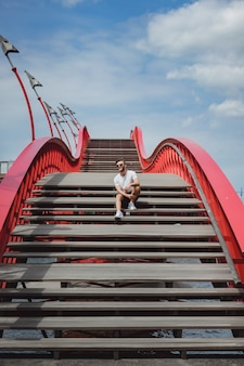 アムステルダム、python橋の橋の上の男