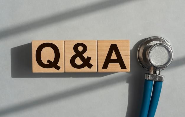 Q и аббревиатура от cubes medical qna вопросы и ответы Premium Фотографии