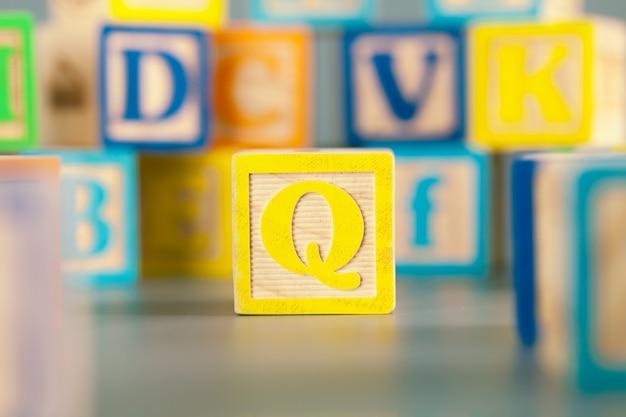 Фотография красочной деревянной печатной буквы q