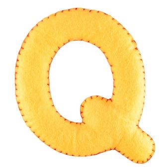 Буква q из войлока на белом фоне