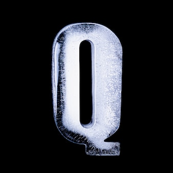 Q замороженная вода в форме алфавита на черном фоне