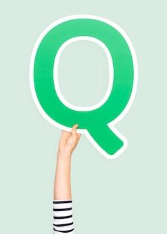 Рука с буквой q