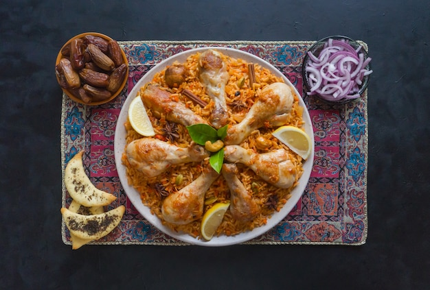Qatari chicken majboos - национальное блюдо бахрейна и катара. арабская кухня