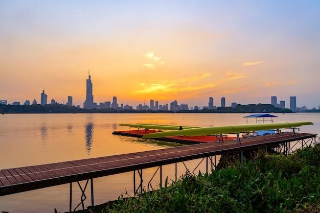 Горизонты города циндао и пристань спортивного центра