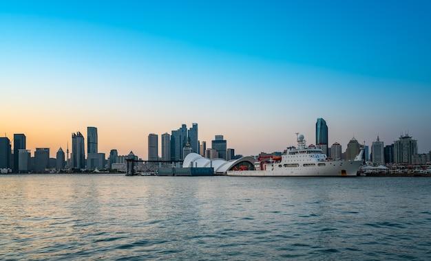 Береговая линия циндао и городской архитектурный пейзаж - линия горизонта