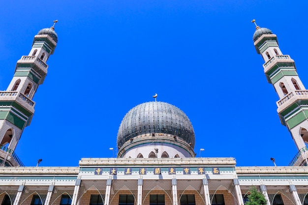 青海省、中国。 2020年6月19日「西寧東莞」グランドモスク、中国青海省で最大のモスク。旅行者が訪れるべき目的地の1つ。