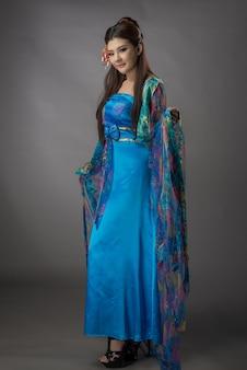 中国のqipaoドレスを着ている美しいアジアの女性