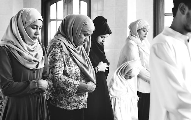 Qiyaam姿勢で祈っているイスラム教徒