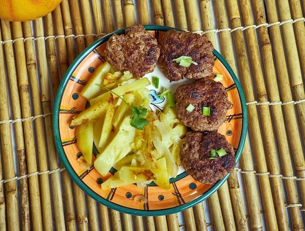 Qofte ferguara 미트볼은 알바니아의 국가 요리 중 하나이자 중동 요리의 일부입니다.
