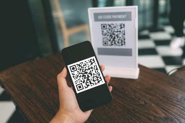 Qr 코드 결제. e 지갑. 남자 스캔 태그는 money.scanning qr 코드 온라인 쇼핑 현금없는 지불 및 확인 기술 개념없이 디지털 지불을 생성합니다.