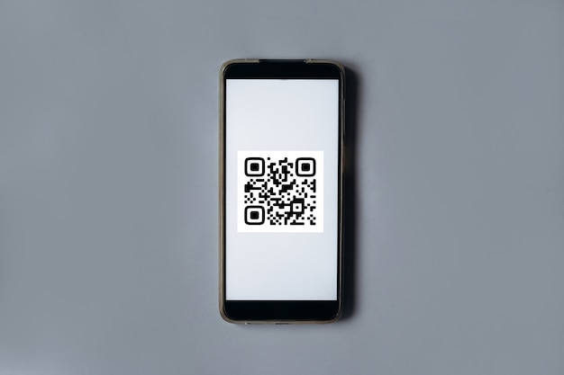Qr 코드 스캔 결제 및 온라인 쇼핑 개념 회색 배경에 휴대 전화