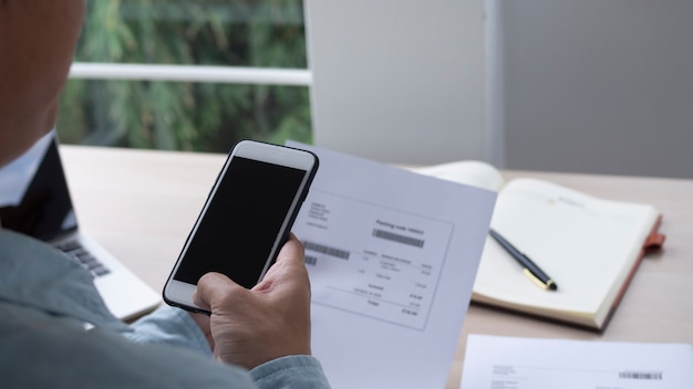 手は電話を使用してqrコードをスキャンし、オフィスで電気代を支払うことで割引を受けます