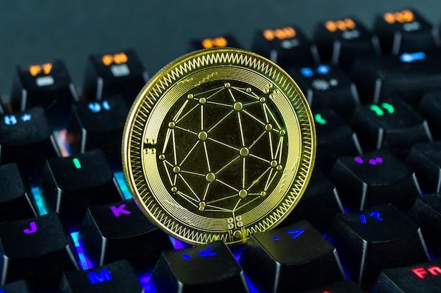 Монета криптовалюты qtum close-up клавиатуры с цветовой кодировкой