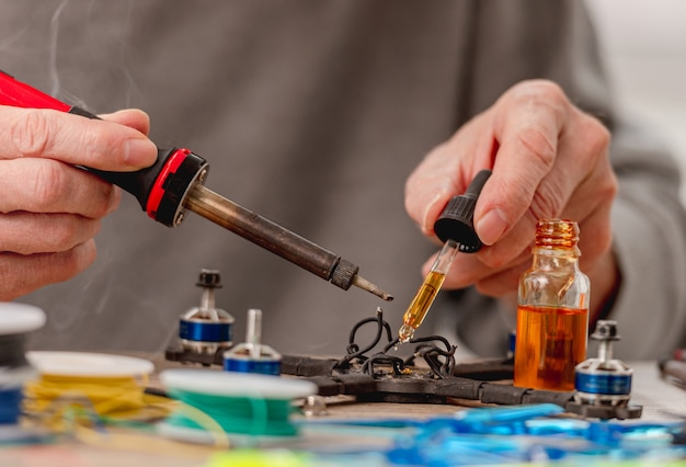 Процесс ремонта квадрокоптера