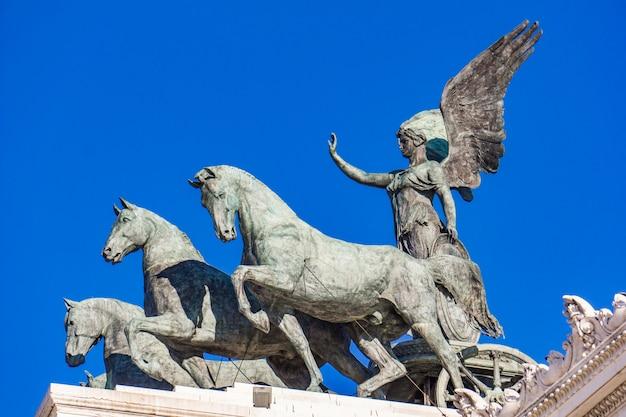 イタリア、ローマのヴィットリアーノの像quadriga dell'unita