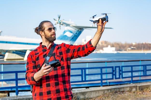 男は公園、近景でquadrocopterを開始します