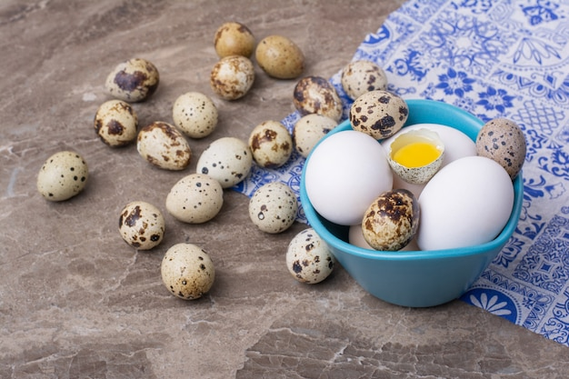 파란색 컵에 메추라기 및 닭고기 달걀