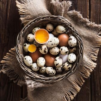 Перепелиные и куриные яйца в корзине