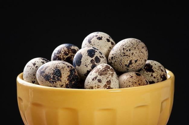 Яйцо перепелиное в миске