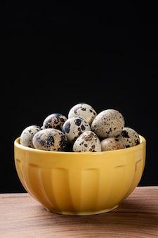 ボウルにウズラの卵