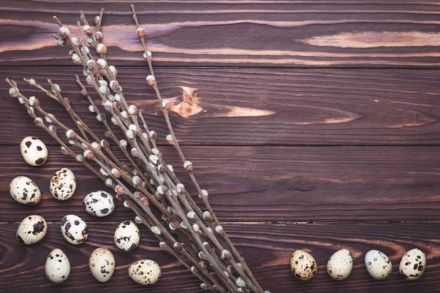 Яйца и растения перепела на темном деревянном фоне с копией пространства. концепция пасхи.