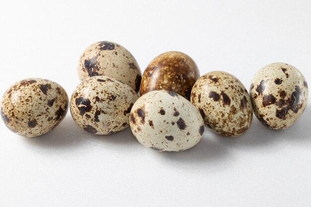 Яйца триперсток заделывают на белом фоне.